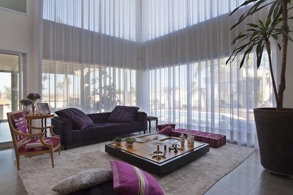 O sofá preto na decoração harmoniza ambientes com estampas