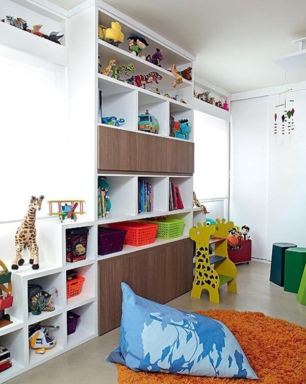 Organize o ambiente investindo em uma estante para quarto infantil