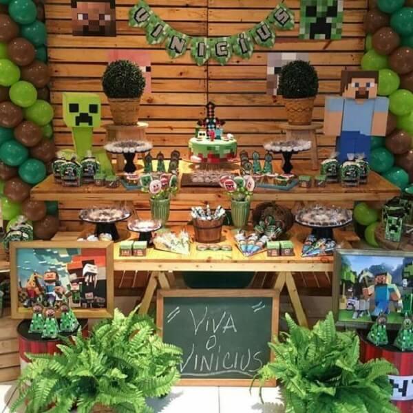 Painel de madeira complementa a decoração da festa minecraft