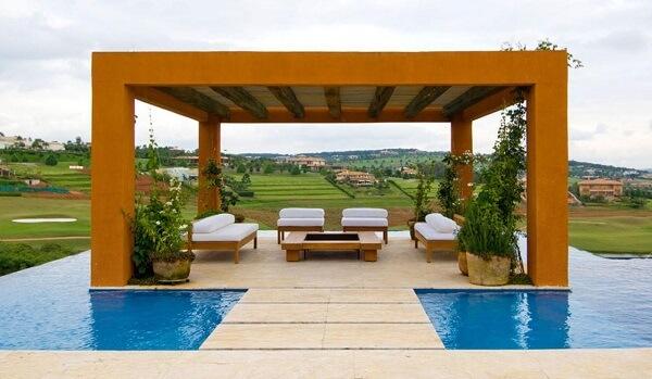 Para a área externa da casa de chácara varanda com sofá branco