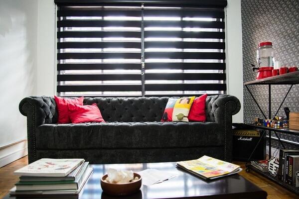 Para decoração da sala de espera utilize sofá preto e almofadas
