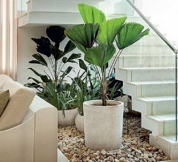 Pedras e plantas artificiais complementam a decoração da escada