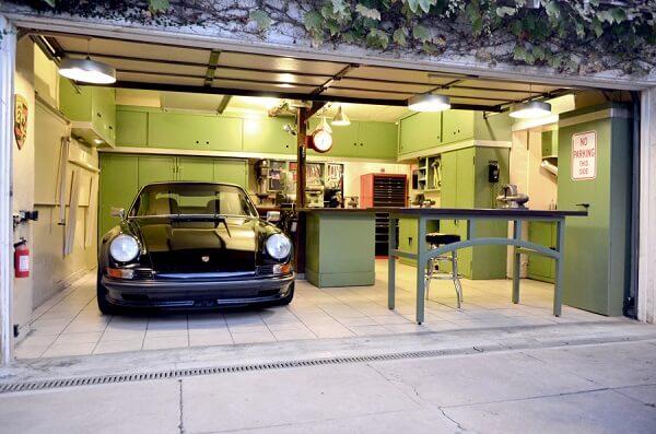 Piso para garagem feito com placas cerâmicas lisas