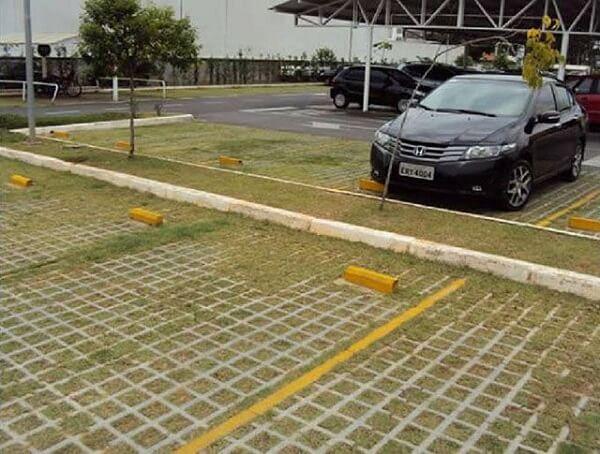 Piso para garagem com concregrama aplicada em estacionamento
