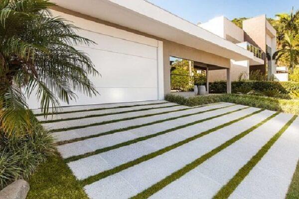 Piso para garagem com placa de pedras e grama