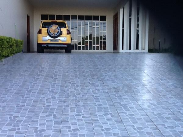 Piso para garagem feito com material cerâmico com textura antiderrapante