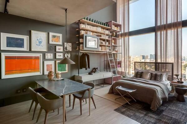 Planejamento e elegância da estante para quarto de casal compõem a decoração