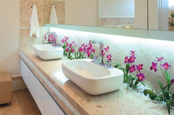 Coloque plantas artificiais ao longo de toda a bancada do banheiro