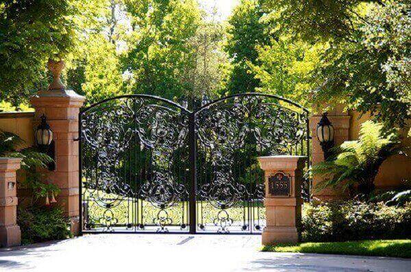 Portão colonial em metal utilizado na entrada de chácara