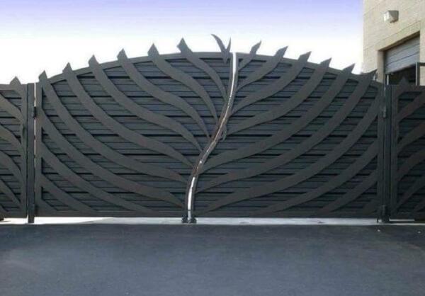 Portão com abertura orgânica compõem a entrada de chácara