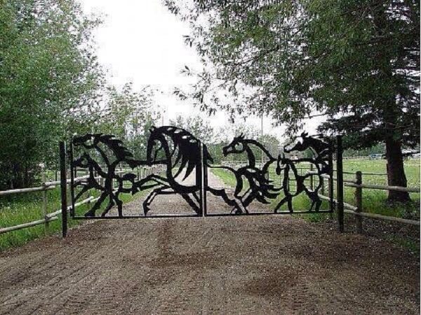 Portão com design de cavalo usado na entrada de chácara