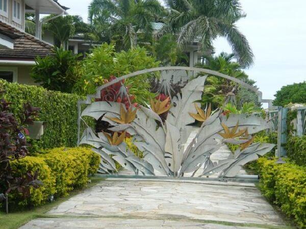 Portão com design de folhas encantam a entrada de chácara