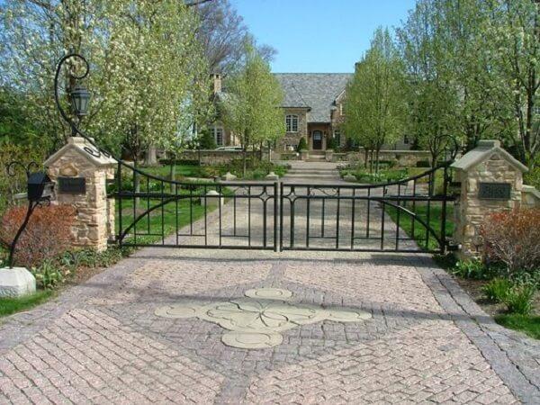Portão de ferro com design em arabesco para a entrada de chácara