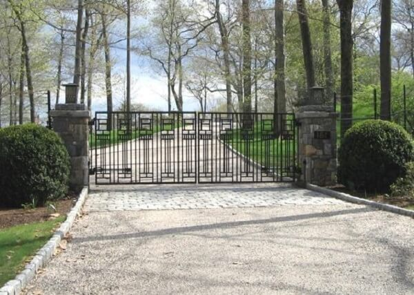 Portão de ferro vazado compõem a entrada de chácara