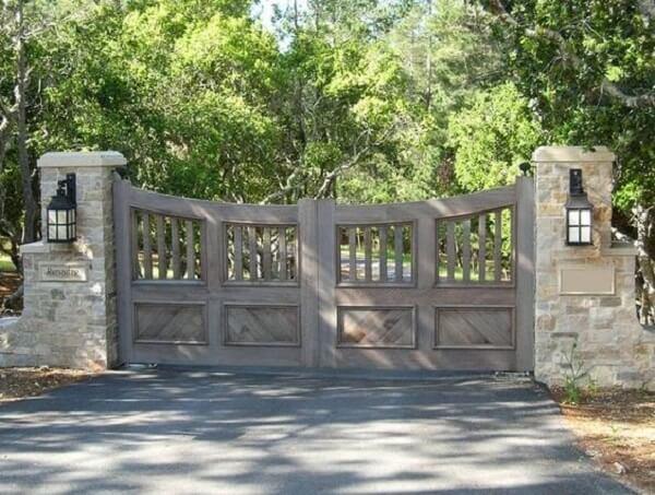 Portão em madeira e lamparinas para entrada de chácara