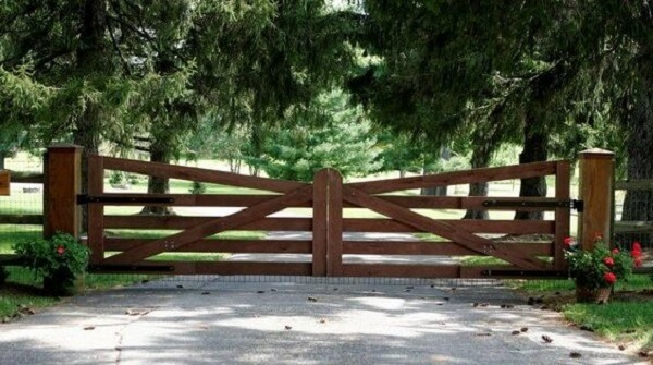Portão em madeira usado para compor a entrada de chácara