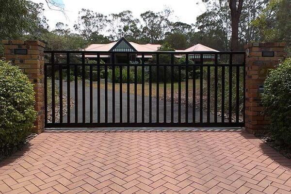 Portão preto de correr utilizado na entrada de chácara