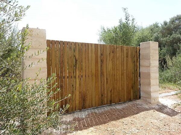 Portão simples de madeira para entrada de chácara