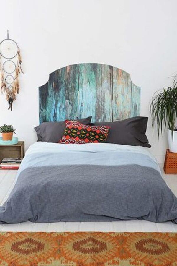 Complemente a decoração do quarto com uma cabeceira feita com adesivo