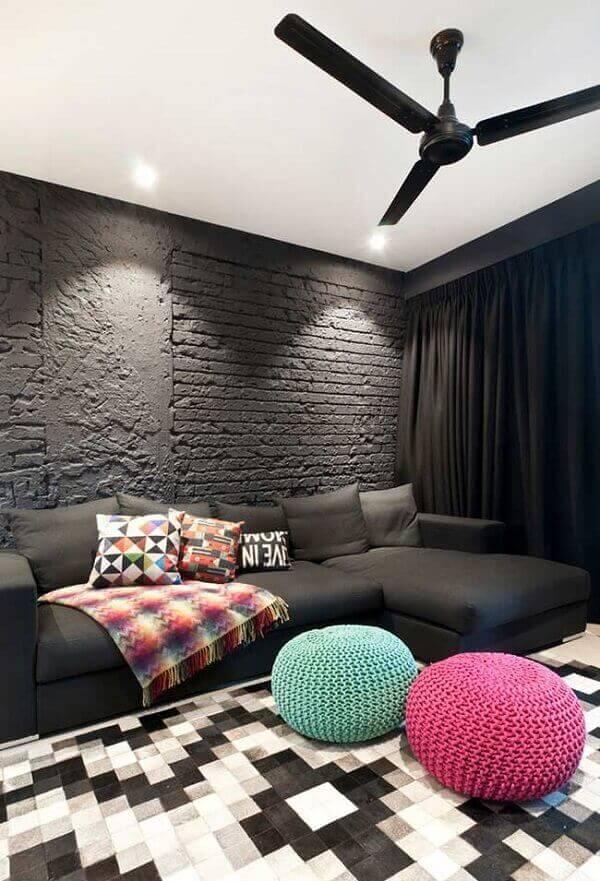 Sofá de canto preto e puff de crochê para decoração da sala