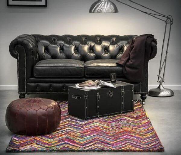 Sofá de couro preto utilizado para decorar a sala de estar