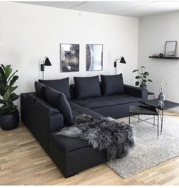 Sofá preto com almofadas de encosto