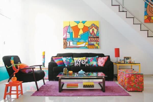 Sofá preto e almofadas coloridas encantam o ambiente