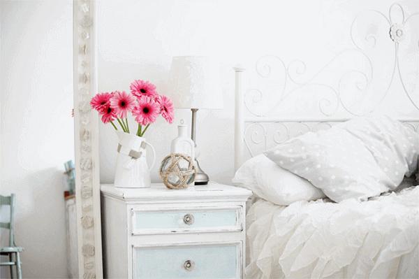 Traga cor para o quarto incluindo na decoração plantas artificiais