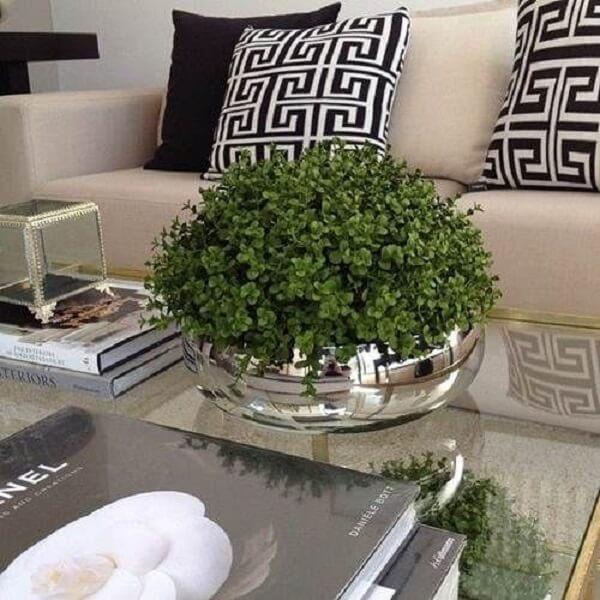 Utilize vaso com plantas artificiais para decorar a sala de estar