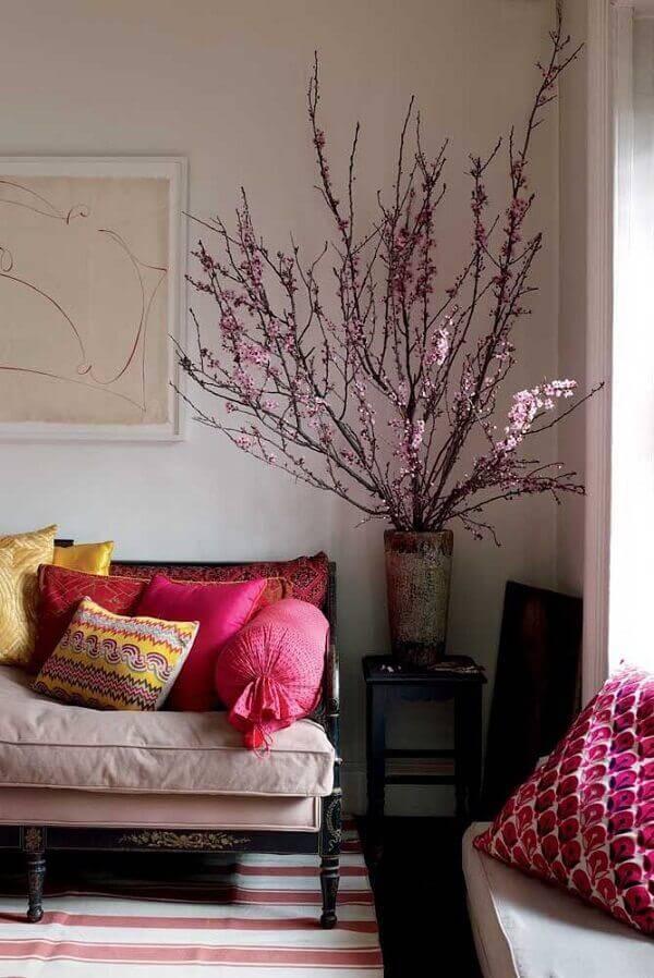 Vaso em madeira com flores artificiais