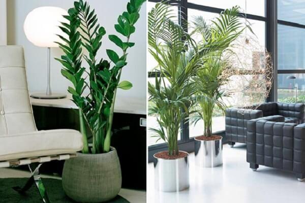 Vasos de chão com plantas artificiais complementam a decoração da sala de estar