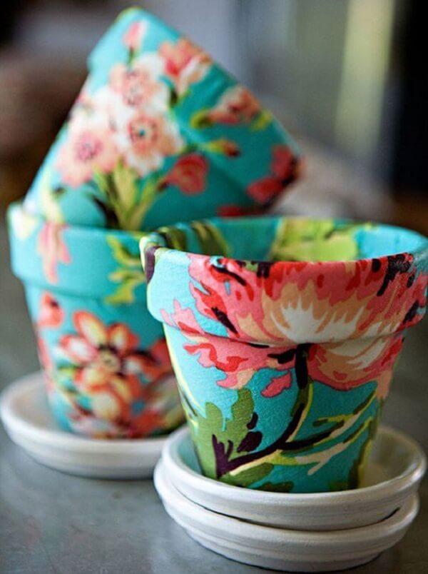 A técnica de decoupage em tecido decora os vasos