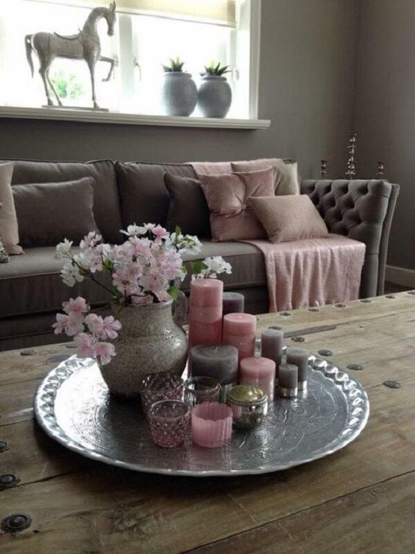 Velas e plantas artificiais complementam a decoração dessa sala de estar
