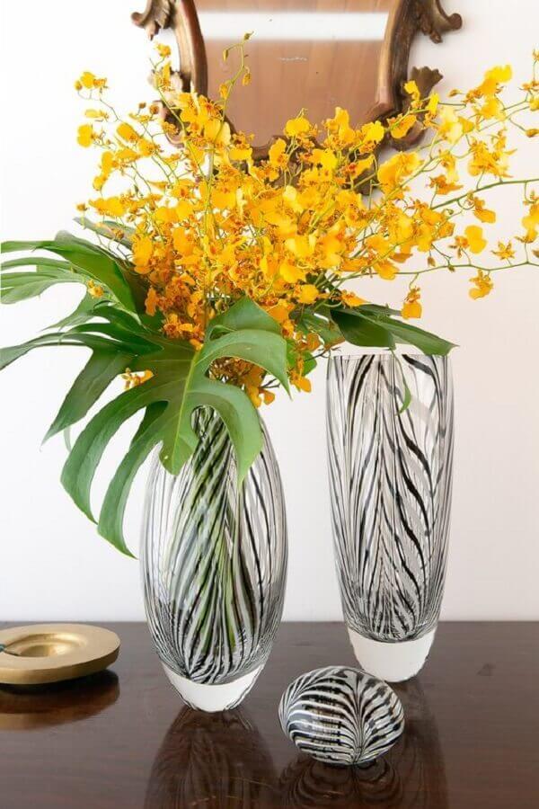 Vidro é sempre uma ótima opção para vaso com plantas artificiais
