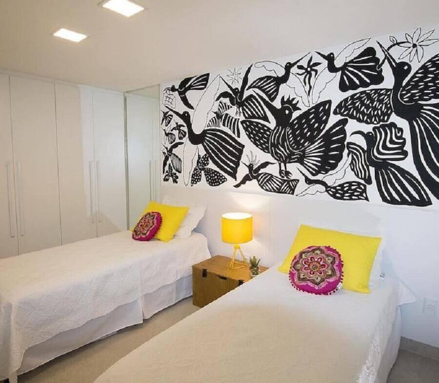 abajur amarelo para quarto de solteiro todo branco Foto Ana Cunha Arquitetura