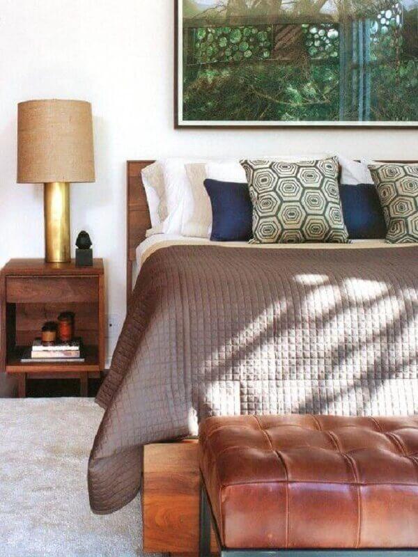 abajur para quarto com base dourada sobre criado mudo de madeira Foto Neu dekoration stile