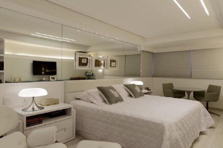 abajur para quarto de casal amplo todo branco Foto Ana Cunha Arquitetura