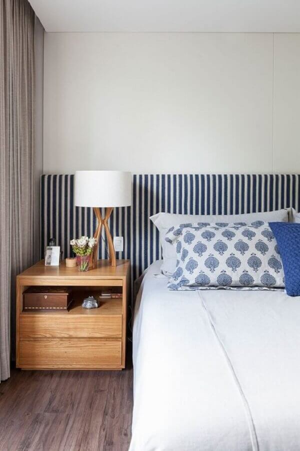 abajur para quarto decorado com cabeceira listrada e criado mudo de madeira Foto Casa de Valentina