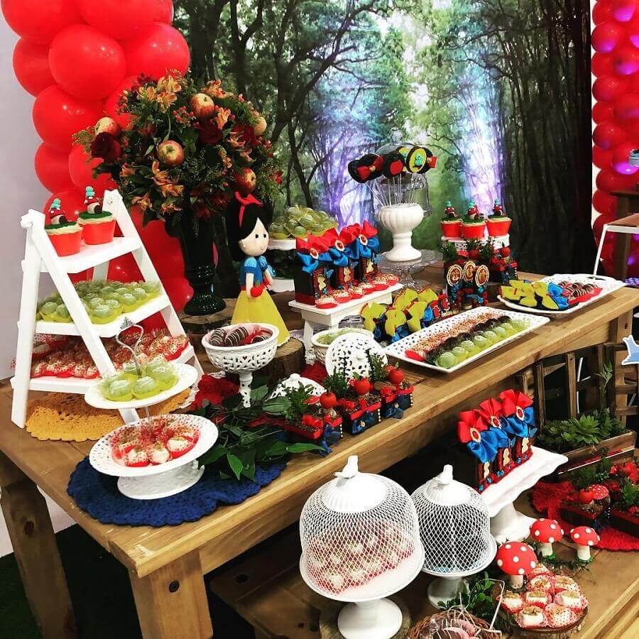 arranjo de flores com maçãs para decoração de festa branca de neve Foto Mônica Linzmeier Hirt