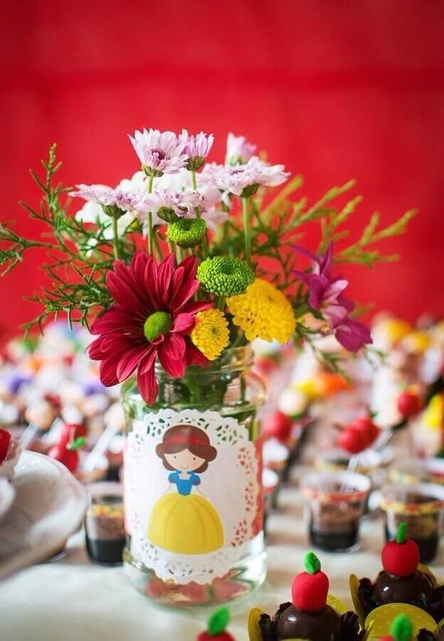 arranjo de flores para decoração de mesa em festa da branca de neve Foto Recriar Artesanato