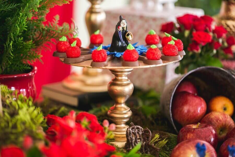 bruxinha de biscuit decorando prato de doces em festa branca de neve Foto Pinosy