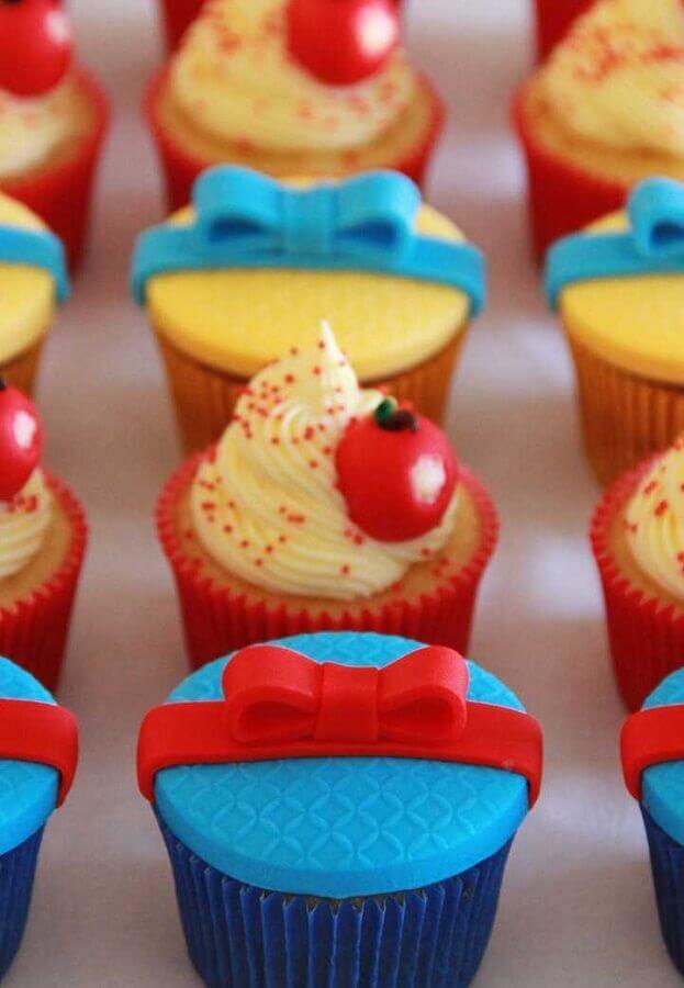 cupcake decorado para festa branca de neve simples Foto Pinterest