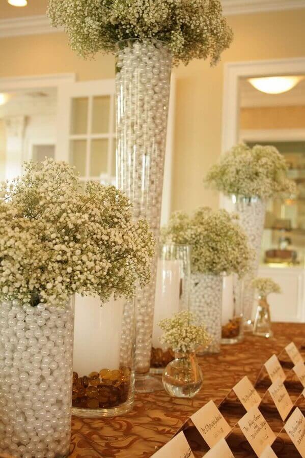 decoração bodas de pérola com arranjo de flor mosquitinho dentro de vasos com pérolas Foto TheHalaqa