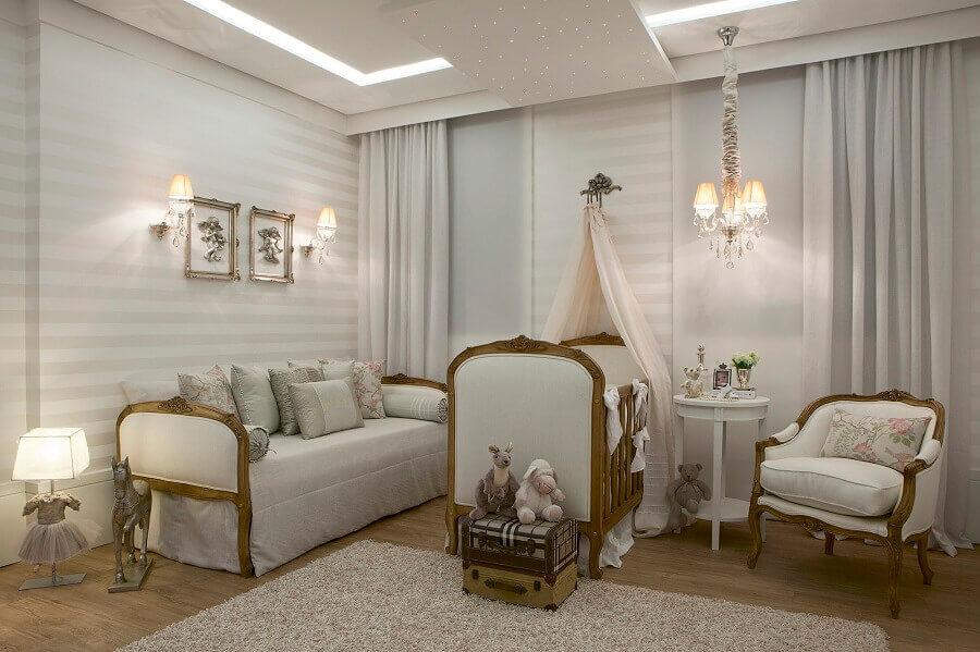 decoração clássica com abajur para quarto de bebê com base em formato de vestidinho Foto Decore Comigo