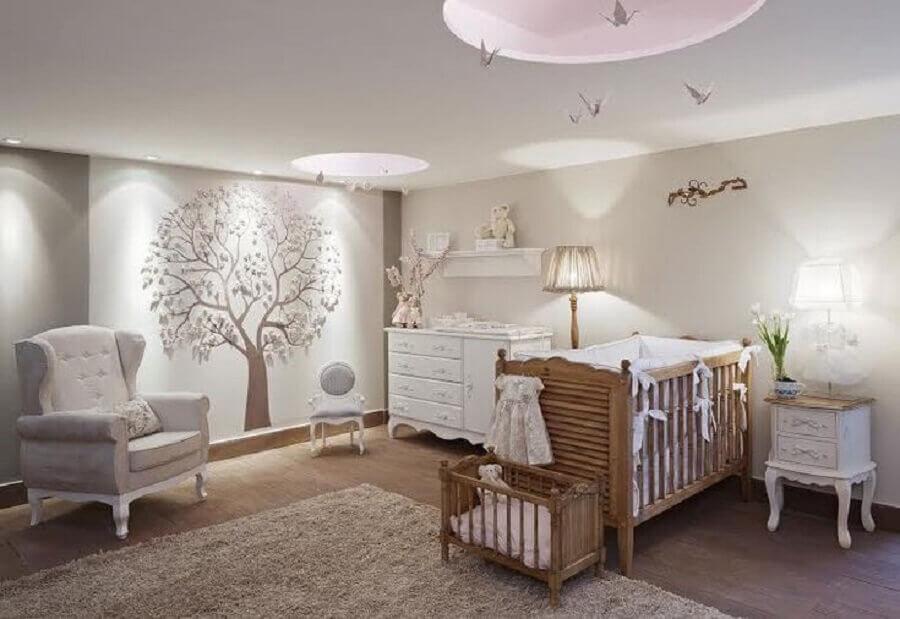 decoração clássica com abajur para quarto de bebê todo branco com berço de madeira Foto Pinterest