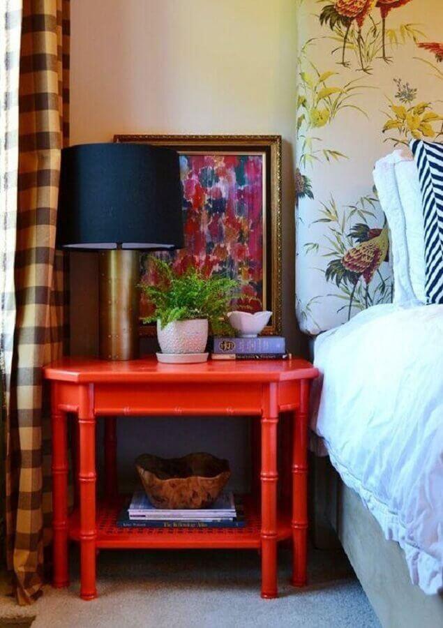 decoração com abajur para quarto com base dourada sobre criado mudo vermelho Foto Neu dekoration stile
