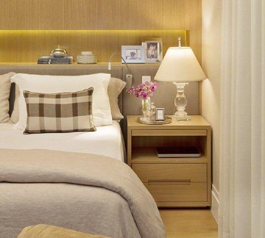 decoração com criado mudo de madeira e abajur para quarto de casal com base de vidro Foto B + R Arquitetura