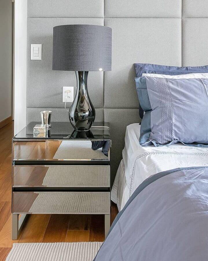 decoração com criado mudo espelhado e abajur para quarto com base metálica Foto Arquiteta Mariana Marques