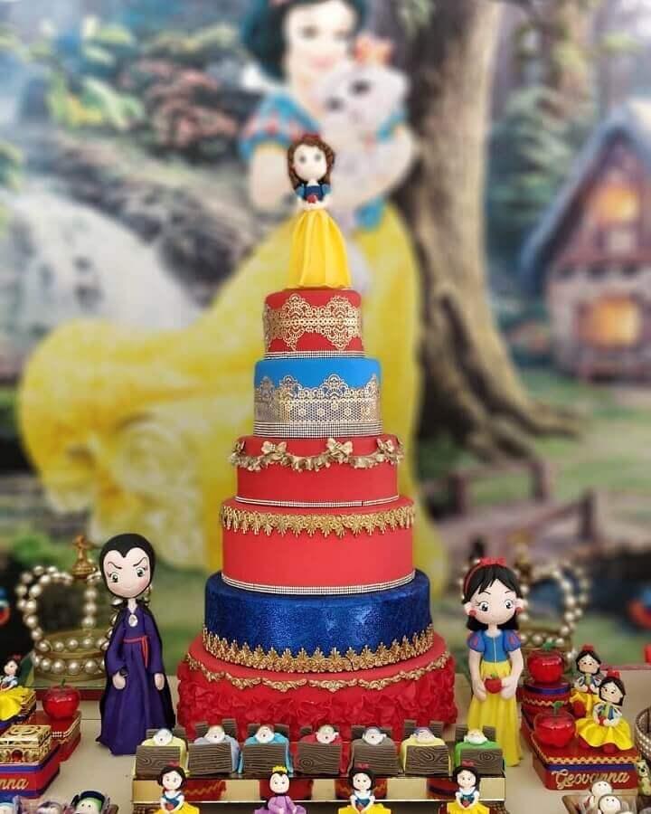 decoração de festa branca de neve com bolo seis andares Foto Império dos Sonhos