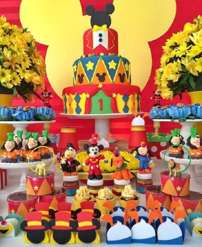 decoração de festa do mickey bem colorida com arranjo de flores amarelas Foto Letter Sample